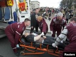 Мэдыкі эвакуююць пацярпелых. 11 красавіка 2011