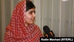 """Пакистанская правозащитница Малала Юсафзай даёт интервью Радио """"Свободная Европа""""/Радио """"Свобода"""". Прага, 5 октября 2013 года."""