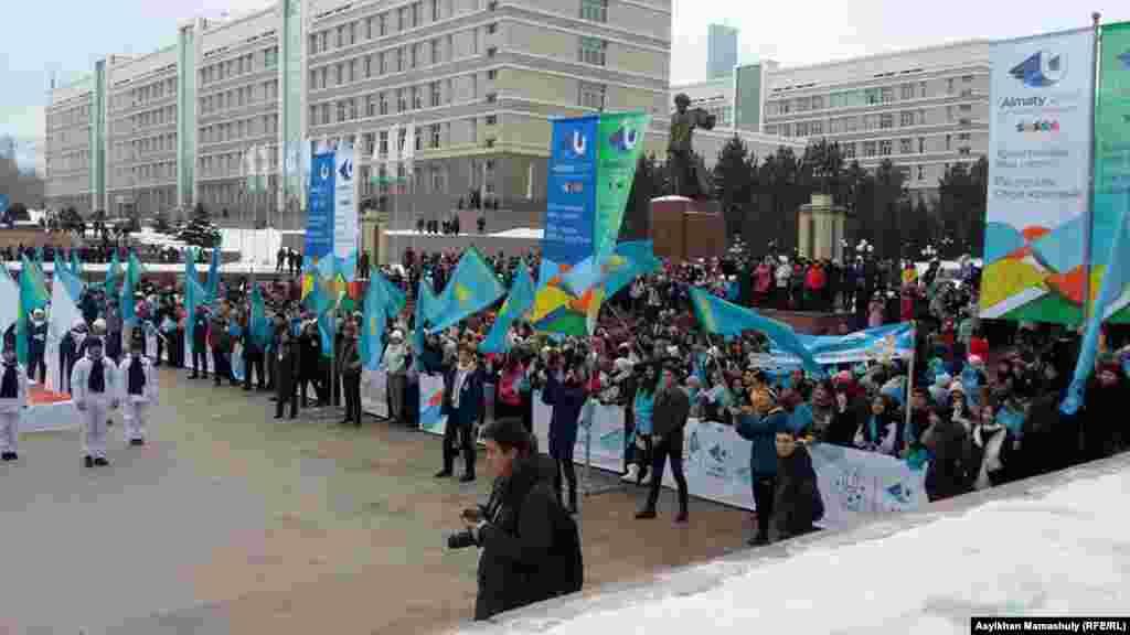 Студенты собрались во дворев КазНУ имени аль-Фараби, где был дан старт Эстафете оня Универсиады-2017.