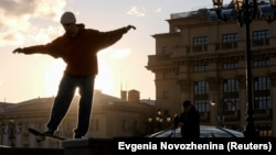Скейтбордист на един от московските площади