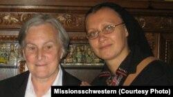 Бригітта Вебер (ліворуч) із сестрою Ордену Найсвятішого Ізбавителя