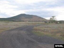 Эта дорога ведет втюрьму возле сопки Жалгызтау, что означает впереводе сказахского 'Одинокая гора'. Нов народе это место зовут 'Жаман сопка' - 'Плохая сопка'.