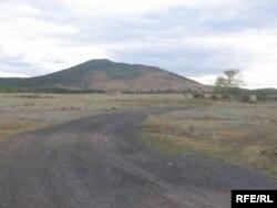 Эта дорога ведет в тюрьму возле сопки Жалгызтау, что означает в переводе с казахского «Одинокая гора». Но в народе это место зовут «Жамансопка».