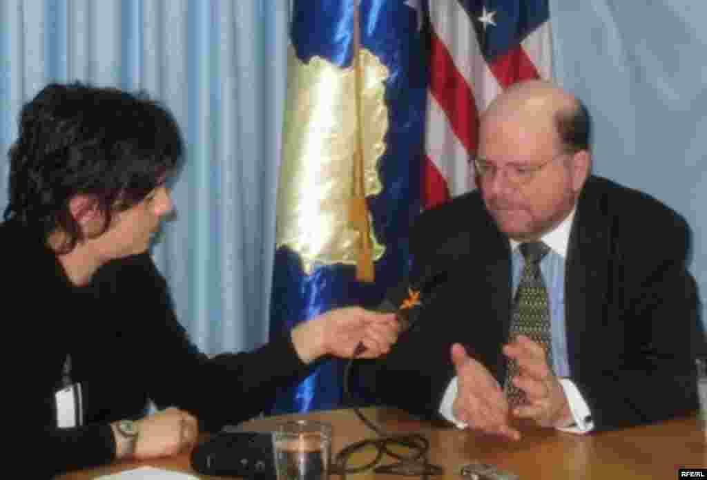 Američki veleposlanik Christopher Dell u razgovoru sa Arbanom Vidishiqi, šeficom RSE dopisništva na Kosovu, priština, 20. novembar 2009.