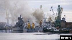 Дим від горіння доку з атомним човном на ремонтному заводі «Звездочка», Росія, Архангельська область, 7 квітня, 2015 року