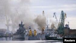 Дим від горіння доку з атомним човном на ремонтному заводі «Звездочка», Росія, Архангельська область, 7 квітня, 2015