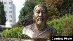 Памятник казахскому мыслителю и поэту Абаю Кунанбаеву во французском городе Ренне.