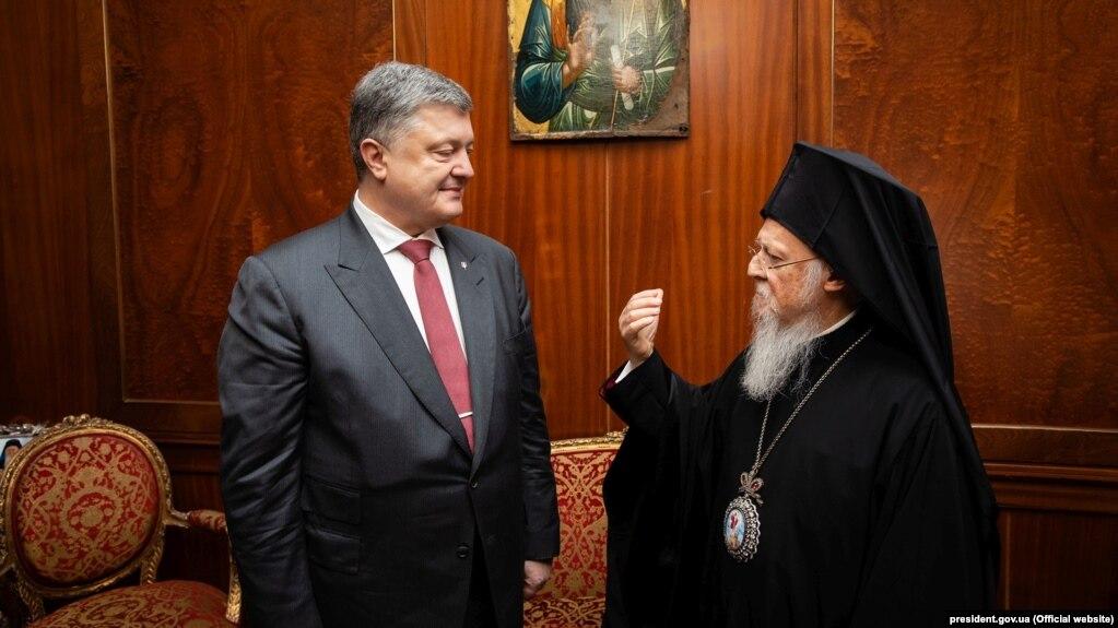 Ukrainian President Petro Poroshenko (left) and Ecumenical Patriarch Bartholomew I in Istanbul. (file photo)