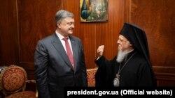 Президент України Петро Порошенко і Вселенський патріарх Варфоломій І під час зустрічі в Константинополі/Стамбулі (Туреччина), 9 квітня 2018 року