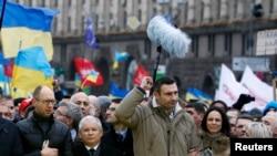 """Виталий Кличко, Арсений Яценюк, а также Ярослав Качиньский, лидер польской оппозиционной партии """"Право и справедливость"""", на митинге на Майдане Незалежности. Киев, 1 декабря 2013 года"""