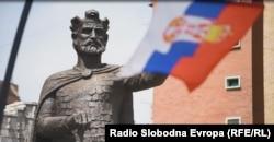 Северная Митровица: флаг Сербии и памятник средневековму сербскому князю и святому Лазарю Хребеляновичу