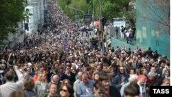 Zeci de mii de moscoviţi au continuat acţiunile spontane de protest după învestirea lui Putin.