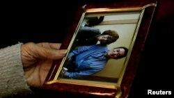 Дзюнко Исидо, мать убитого исламистами Кэндзи Гото, держит фотографию, на которой они запечатлены вместе