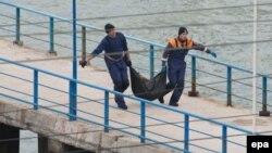 تا کنون دستکم ۱۱ جسد از دریا بیرون آورده شدهاند