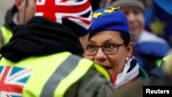Про-Брекзит и анти-Брекзит протестиращи пред сградата на парламента в Лондон.