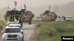 نیروهای تحت رهبری کردها در سوریه همراه با نیروهای آمریکایی در مرز با ترکیه