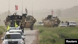 یگانهای مدافع خلق در سوریه در کنار نیروهای آمریکایی در نزدیکی مرز ترکیه.