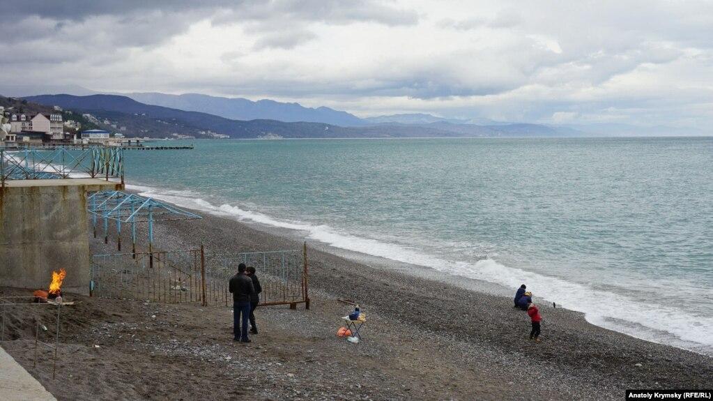 Прямо на пляже «Морского уголка» молодая семья устроила полноценный пикник
