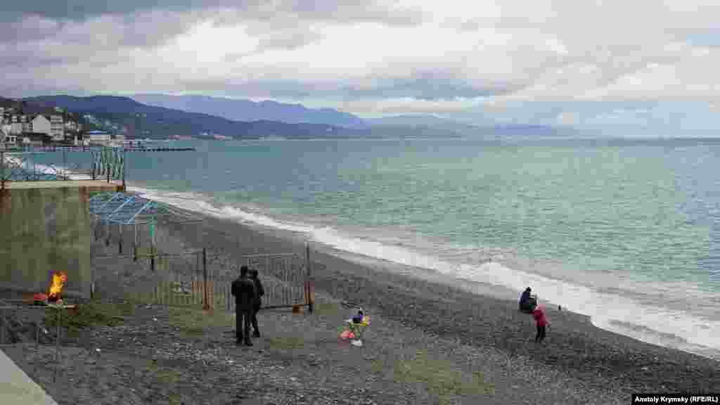 Прямо на пляжі «Морського куточка» молода сім'я влаштувала повноцінний пікнік