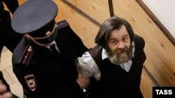 Активіста Сергія Мохнаткіна (п) супроводжують до суду в Москві, Росія, 24 квітня 2014 року