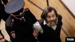 Оппозиционер Сергей Мохнаткин (справа), обвиняемый в нападении на полицейского