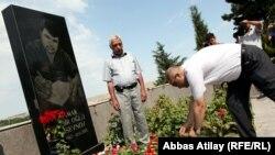 Jurnalist Elmar Hüseynovun məzarı