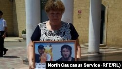 Родные проводят пикет против задержания Барзукаев и Курбанова в Дербенте