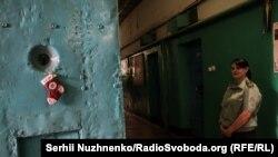 Спіробітниця Київського слідчого ізолятора в коридорі одного з корпусі