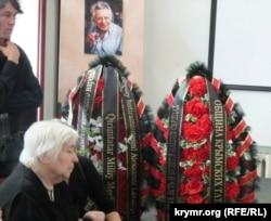 Вінки від кримських татар на церемонії прощання з Олександром Лавутом 26 червня 2013 року