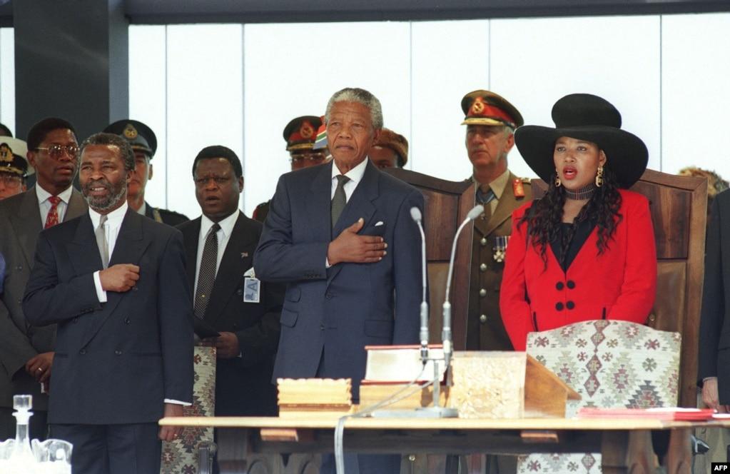 Нельсон Мандела (в центрі) під час його інаугурації в Преторії, 10 травня 1994 року