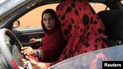 Kabul, owgan zenany maşyn sürmegi öwrenýär