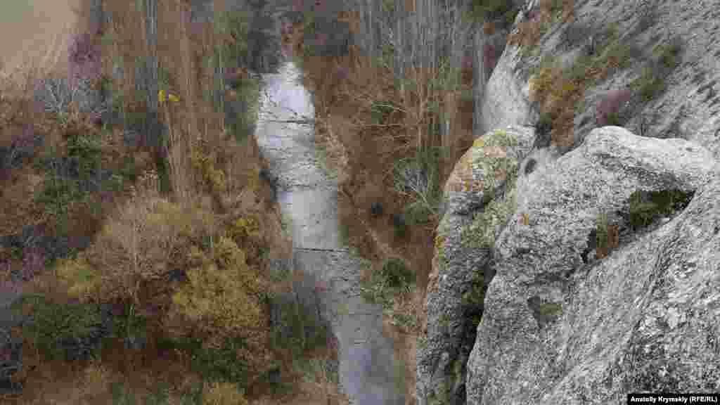 Под Крокодилом протекает одна из самых полноводных рек Крыма – Бельбек. Из-за засушливых лета и осени она обмелела