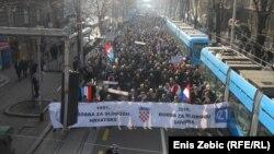Kolona prosvjednika kreće prema Vijeću za elektronske medije