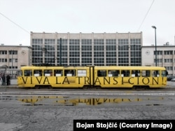 Umjetnička intervencija Bojana Stojčića na sarajevskom tramvaju.