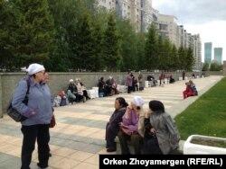 Женщины с проблемными долгами по ипотеке собрались в Астане с призывом к банкам пойти на уступки. Астана, 24 мая 2013 года.