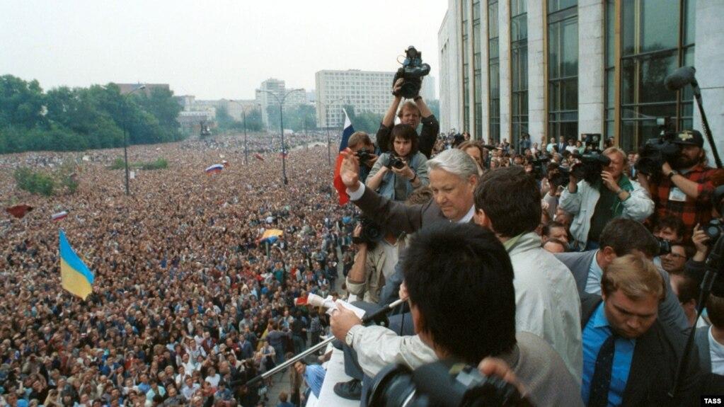 Борис Ельцин выступает на митинге в защиту демократии. Москва, 20 августа 1991 г.