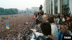 Барыс Ельцын выступае на мітынгу ў падтрымку дэмакратыі ў Маскве. 20 жніўня 1991 года