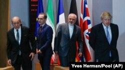 در این تصویر از ماه مه سال ۲۰۱۸، بوریس جانسون (وزیر خارجه وقت بریتانیا) در کنار وزیر و همتایان آلمانی و فرانسوی در جریان دیدار آنها در بروکسل