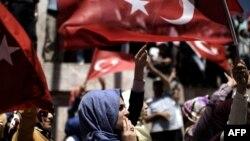 Төңкөрүш аракети ишке ашпай калгандан кийин Эрдоганды колдоп чыккандар. Стамбул, 19-июль, 2016-жыл.