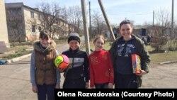 Олена Розвадовська із дітьми із Зайцева на Донеччині, архівне фото із Facebook волонтерки