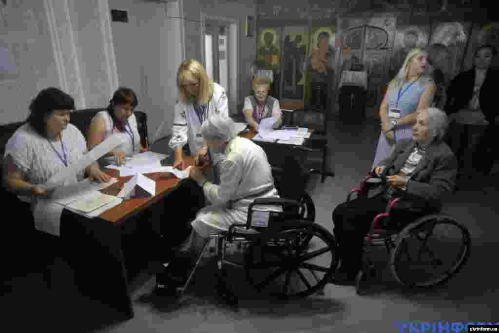 У Вінницькому обласному пансіоні для інвалідів та людей похилого віку теж голосують