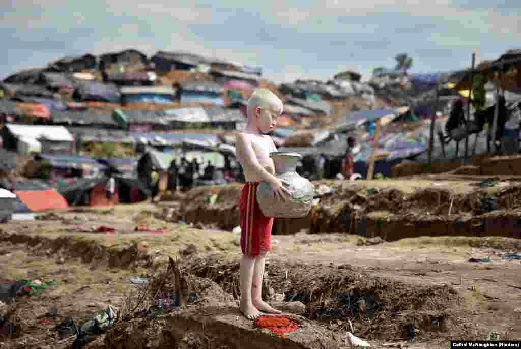bangladeş, Kohuň bazary. Surata düşýän rohinga bosguny. (Reuters/Cathal McNaughton)