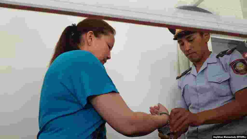 Панфиловский районный суд Алматинской области приговорил гражданку Китая, этническую казашку Сайрагуль Сауытбай (на фото) к шести месяцам тюремного заключения условнопо обвинению в «незаконном пересечении границы Казахстана». Сайрагуль Сауытбай, которая, по ее словам, работала в «лагере политического воспитания» для этнических меньшинств в Синьцзяне, заявила, что была вынуждена нелегально пересечь границу, чтобы воссоединиться со своей семьёй в Казахстане. Алматинская область, 1 августа 2018 года. Фото корреспондента Азаттыка Асылхана Мамашулы.