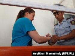 С Сайрагуль Сауытбай снимают наручники. Жаркент, 9 июля 2018 года.
