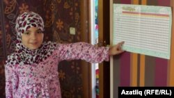 10 яшьлек Хатиджа Рамазан җәдвәлен күрсәтә