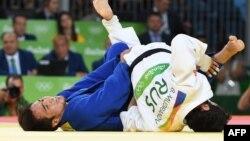 Дзюдоист Беслан Мудранов выиграл для России первую золотую медаль Олимпийских игр в Рио-де-Жанейро. В финальной схватке турнира он одержал победу над Елдосом Сметовым из Казахстана