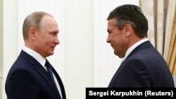 Зіґмар Ґабріель (п) і президент Росії Володимир Путін (л) під час зустрічі в Москві, 29 червня 2017 року