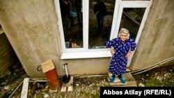 Жительница пригорода Сочи Полина Калайжан рядом со своим домом.