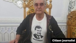 Салим Абдулвалиев в футболке с изображением Шавката Мирзияева и надписью: «Это мой президент».