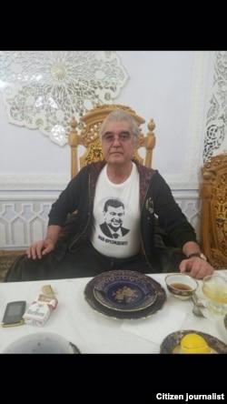 Салим Абдувалиев президент Мирзиёевдин сүрөтү түшүрүлгөн футболка кийип турат.